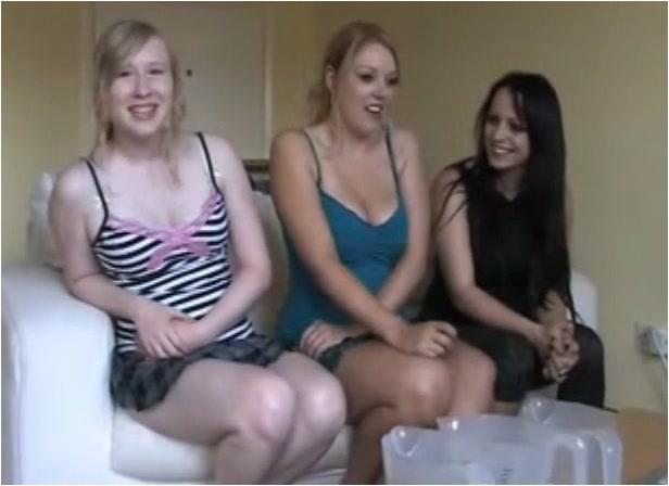 Pissing_-_3_pissing_girls_1.m4v._1_.001.jpg