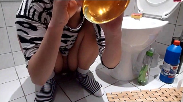 Pissing_-_MDH_-_Viktoria_Piss_Compilation__licking_from_floor_etc.m4v._4_.001.jpg